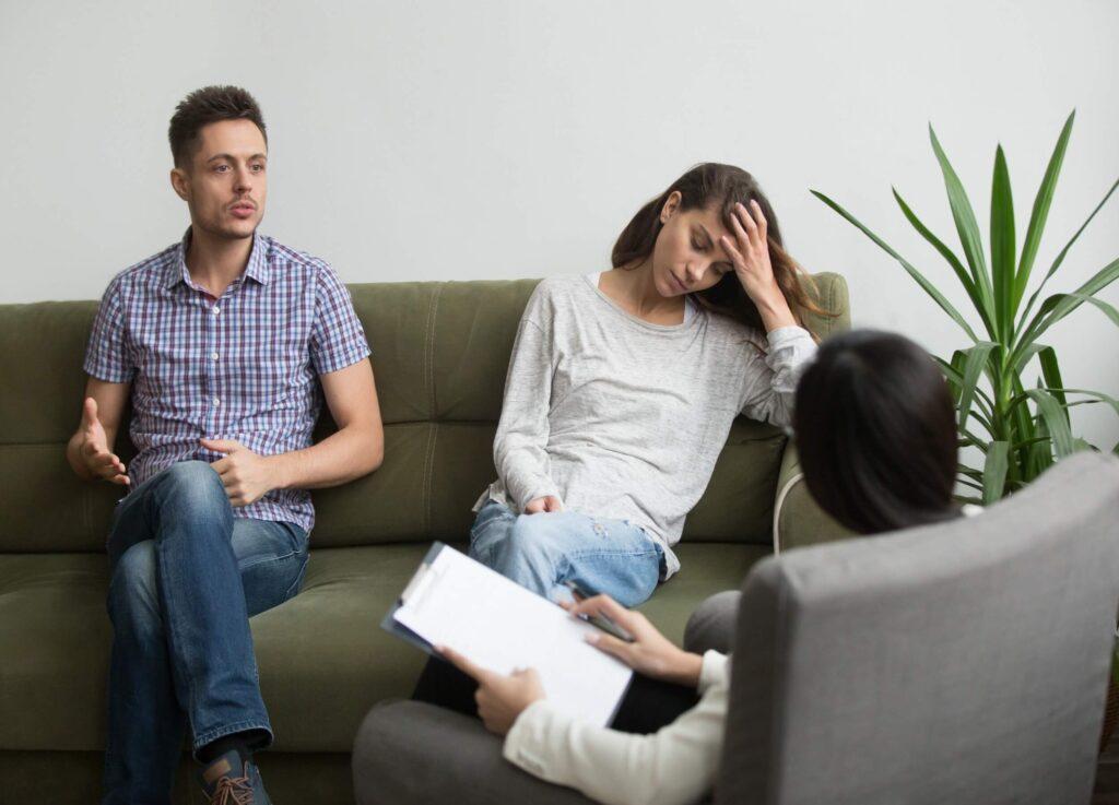 Hombre y mujer asistiendo a terapia de pareja